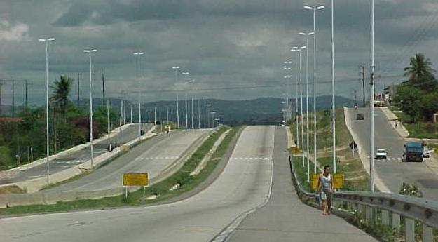 Troca de tiros termina com carro capotado na BR-232 em Caruaru