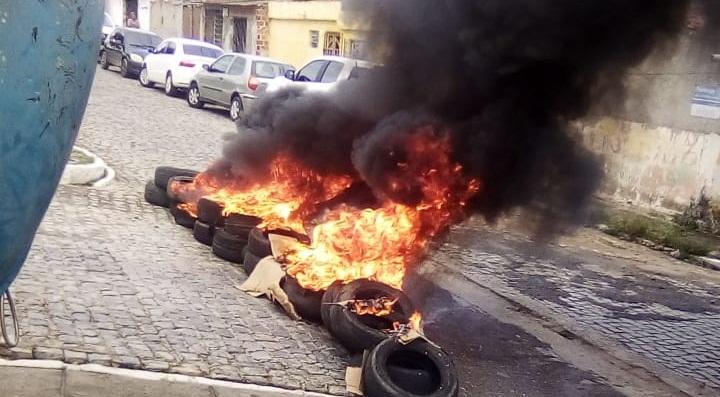 Funcionários com salários atrasados da Compesa protestam em Caruaru