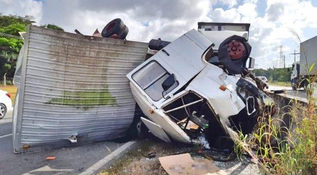 Pneu de caminhão estoura e provoca acidente na BR-232
