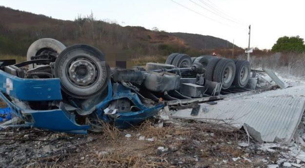 Motorista de caminhão morre em acidente na BR-232