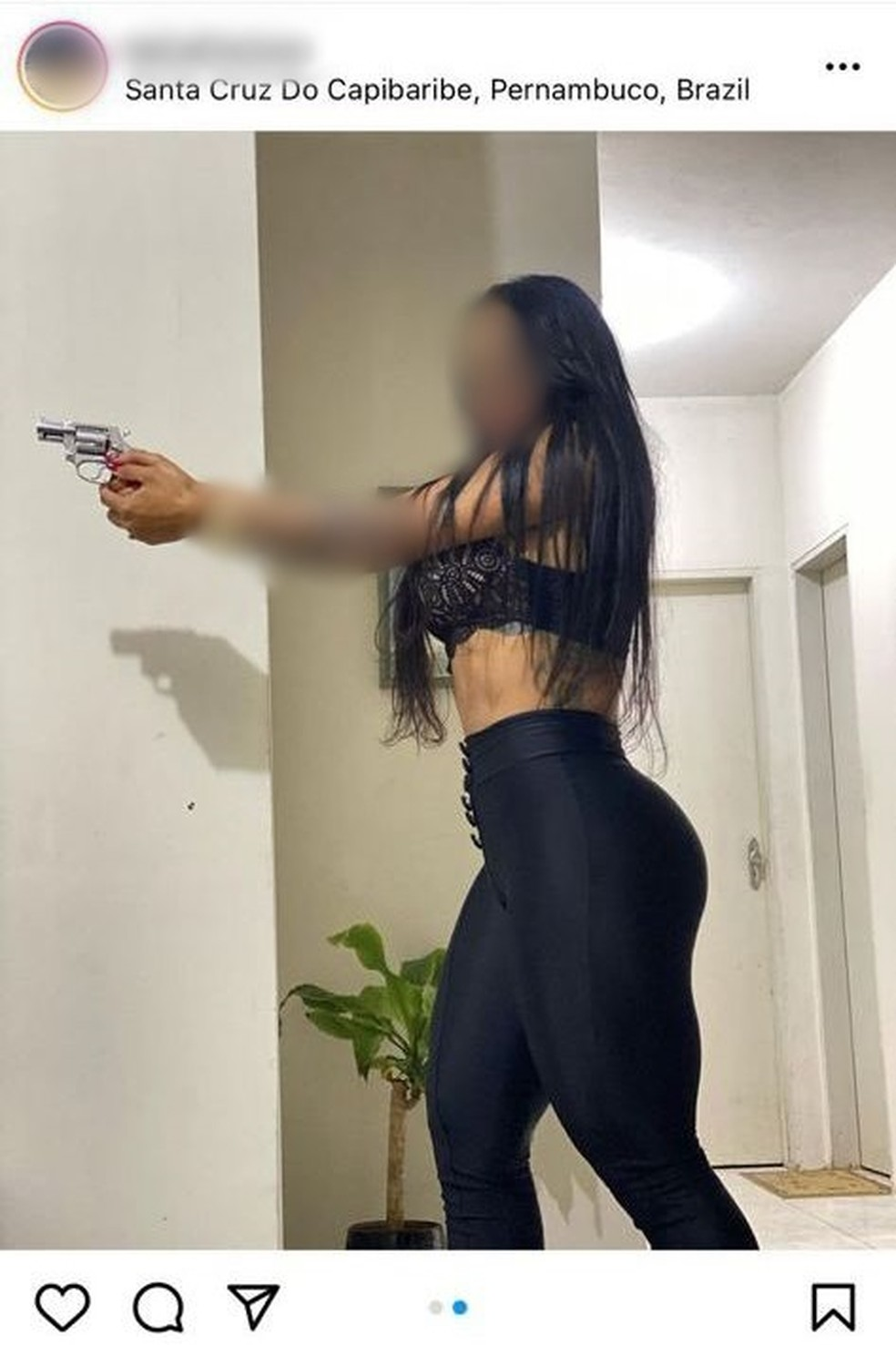 Jovem posta foto com arma de foto e é detida pela Polícia