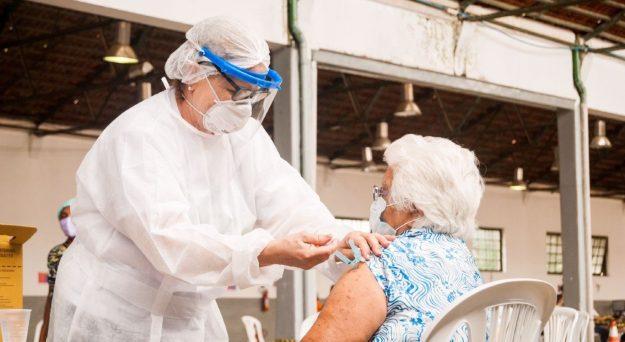 Caruaru inicia 3ª dose em idosos e profissionais da saúde